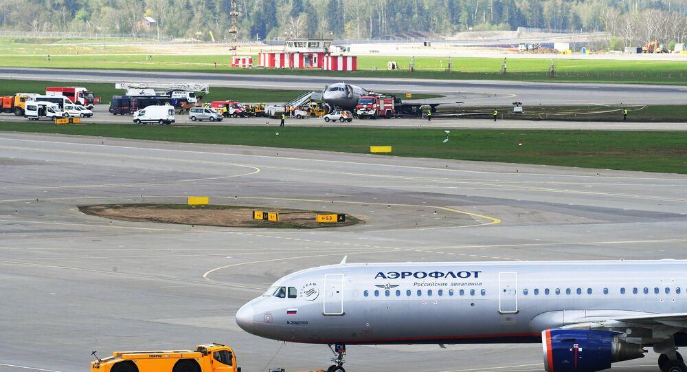 Le Sukhoi Superjet après l'incendie au second plan