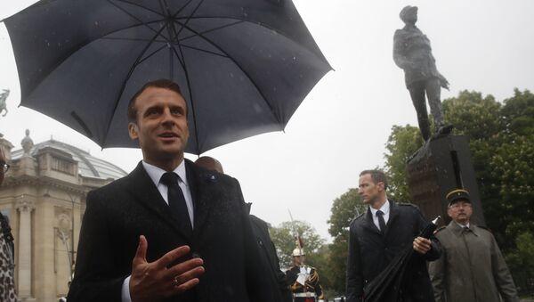 Macron devant une statue du général de Gaulle - Sputnik France