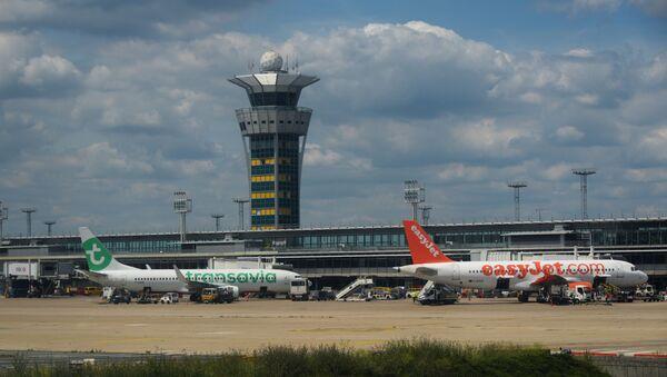 Самолет Boeing 737 авиакомпании Transavia (слева) и самолет Airbus A320-214 авиакомпании easyJet в аэропорту Орли в Париже. - Sputnik France