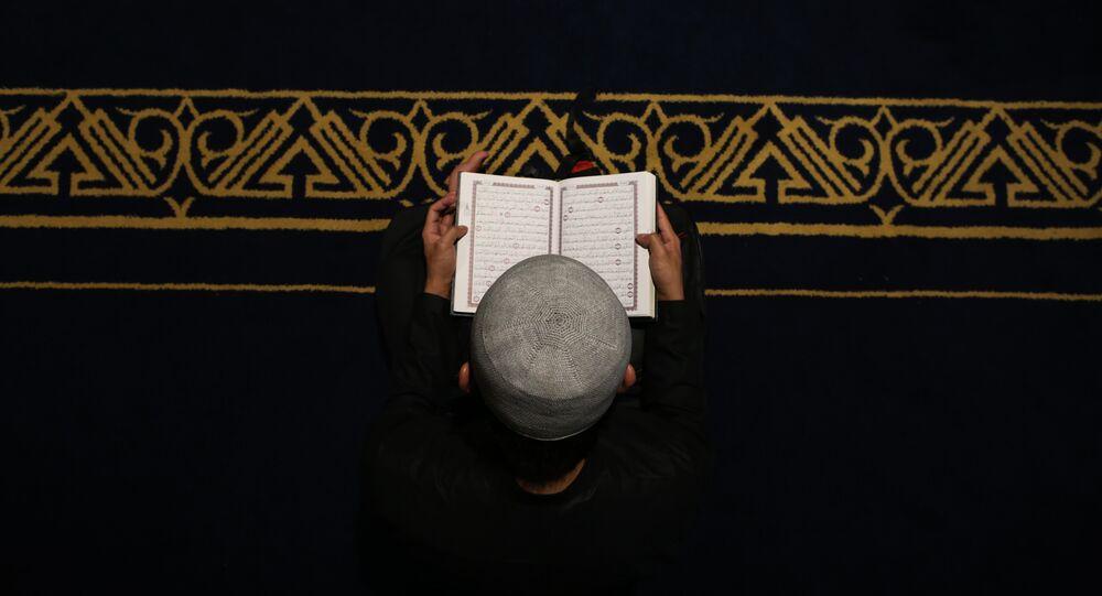 un musulman lit le Coran, image d'illustration