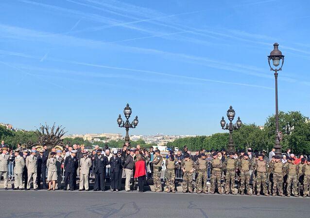 L'hommage national aux deux militaires français tués au Burkina Faso sur le pont Alexandre-III