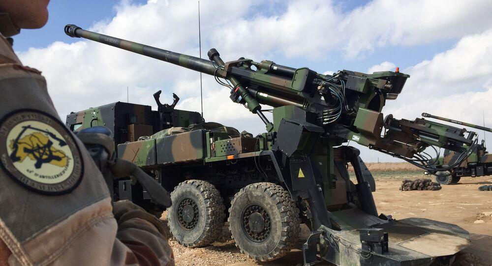 Un soldat français engagé dans l'Opération Chammal contre Daech en Syrie devant le canon CAESAR