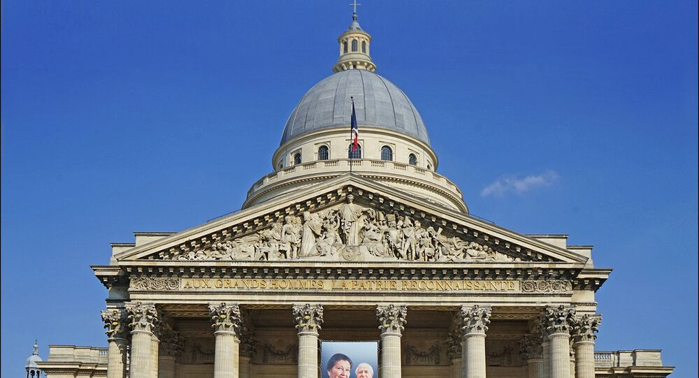 Photo de Simone et Antoine Veil sur la façade du Panthéon à Paris