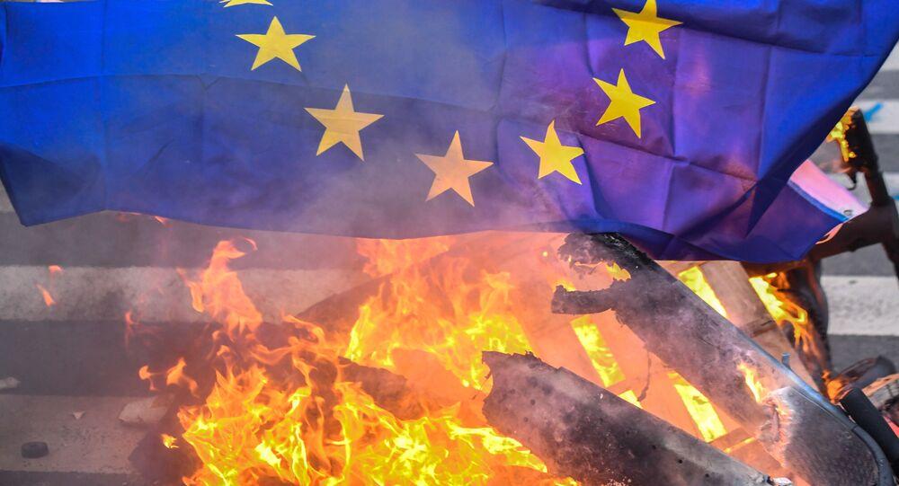 Un drapeau de l'UE brûlé