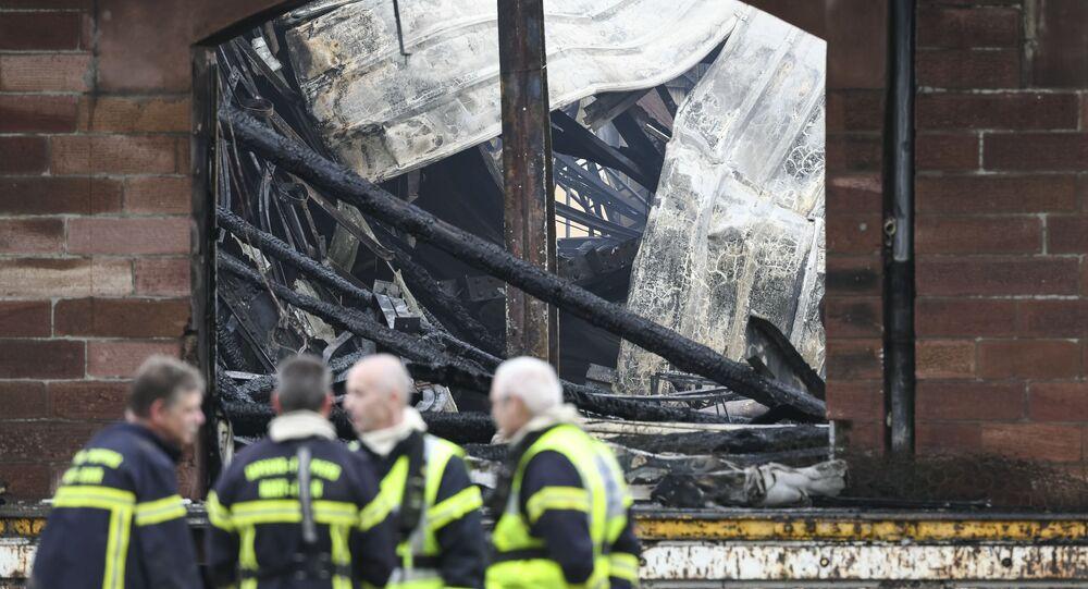 des pompiers après l'incendie qui s'est déclaré à Mulhouse dans la nuit du 18 au 19 mai