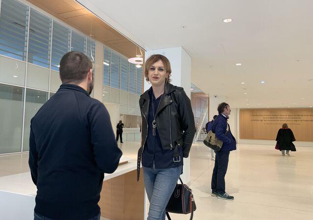 Julia, femme transgenre, victime d'une agression transphobe