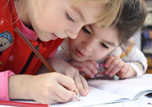 La petite fille et le crayon