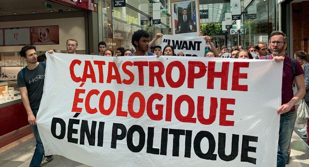 Le portrait de Macron en tête du cortège de la marche mondiale pour le climat qui se tient à Paris