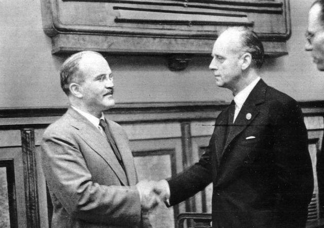 Viatcheslav Molotov et Joachim von Ribbentrop (image d'illustration, image d'archives)