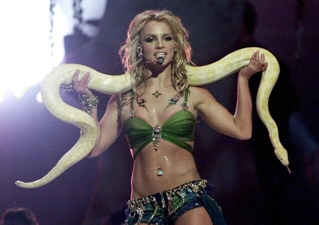 Britney Spears avec un serpent lors des MTV Video Music Awards en 2001