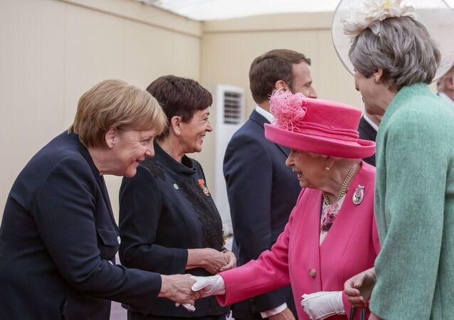 Élisabeth II présentée par la Première ministre britannique Theresa May à la chancelière allemande Angela Merkel