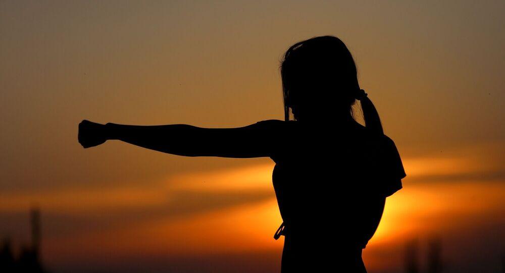 Une jeune fille s'entraîne aux arts martiaux