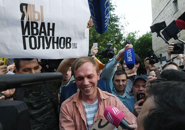 Ivan Golounov entouré par des journalistes après sa libération