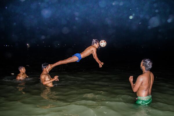 Moment décisif durant un match de waterpolo du photographe indien Ayanava Sil, finaliste dans la catégorie Sport, photo unique. - Sputnik France