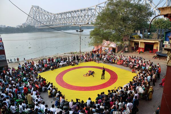 Combat sur un tapis rouge et jaune du photographe indien Amit Moulick, finaliste dans la catégorie Sport, photo unique.  - Sputnik France