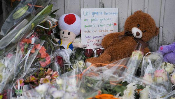 Des fleurs et des jouets sur les lieux de l'accident qui a coûté la vie à un enfant de 9 ans à Lorient - Sputnik France