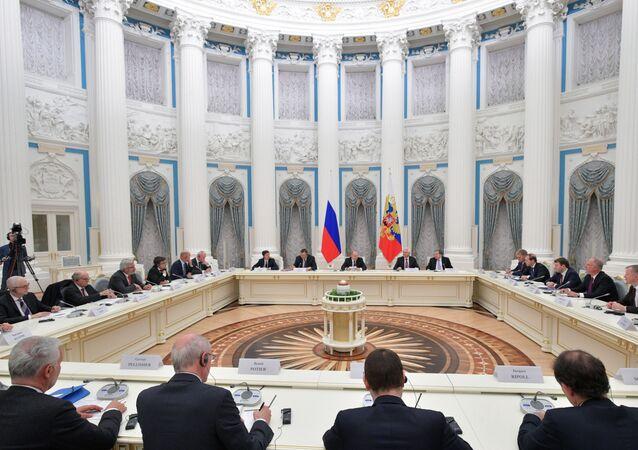 Vladimir Poutine s'entretient avec des représentants du milieu des affaires français. Le 18 avril 2019.