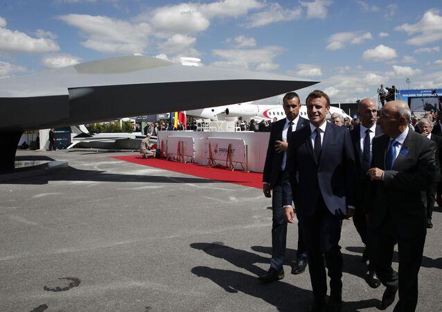Emmanuel Macron et Éric Trappier, directeur de Dassault Aviation, dévoilent la maquette de l'avion «Next generation fighter» qui fera partie du SCAF