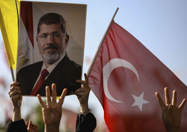 un portrait de Mohammed Morsi et un drapeau turc
