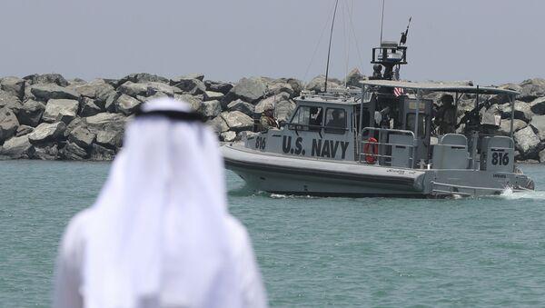 Un patrouilleur de la marine américaine transportant des journalistes pour voir les pétroliers endommagés quitte une base de la 5e flotte de la marine américaine près de Fujairah, aux Émirats arabes unis, mercredi 19 juin 2019. Les mines à patelle utilisées pour attaquer un pétrolier japonais près du détroit d'Ormuz présentaient une ressemblance frappante avec des mines similaires exhibées par l'Iran, a déclaré mercredi un expert en explosifs de la marine américaine. L'Iran a nié être impliqué. (AP Photo/Kamran Jebreili) - Sputnik France