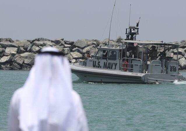 Un patrouilleur de la marine américaine transportant des journalistes pour voir les pétroliers endommagés quitte une base de la 5e flotte de la marine américaine près de Fujairah, aux Émirats arabes unis, mercredi 19 juin 2019. Les mines à patelle utilisées pour attaquer un pétrolier japonais près du détroit d'Ormuz présentaient une ressemblance frappante avec des mines similaires exhibées par l'Iran, a déclaré mercredi un expert en explosifs de la marine américaine. L'Iran a nié être impliqué. (AP Photo/Kamran Jebreili)