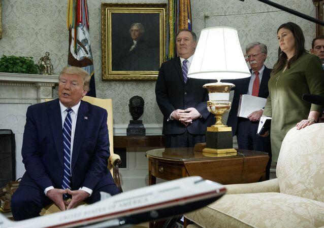 Donald Trump, Mike Pompeo et John Bolton derrière lui