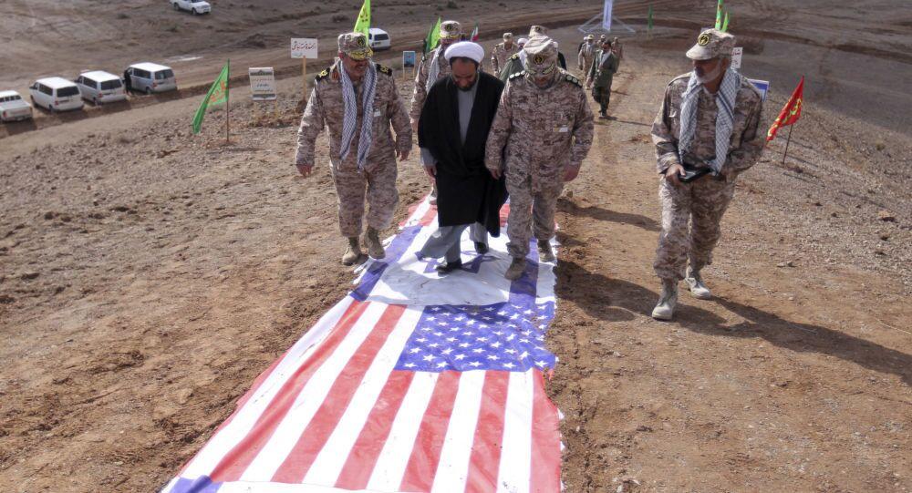 Des gardes de la révolution islamique et des représentants du clergé iranien marchent sur des drapeaux américain et israélien