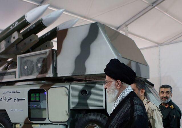 Le guide suprême iranien, l'ayatollah Ali Khamenei, est vu près d'un système de 3 Khordad qui aurait servi à abattre un drone militaire américain.
