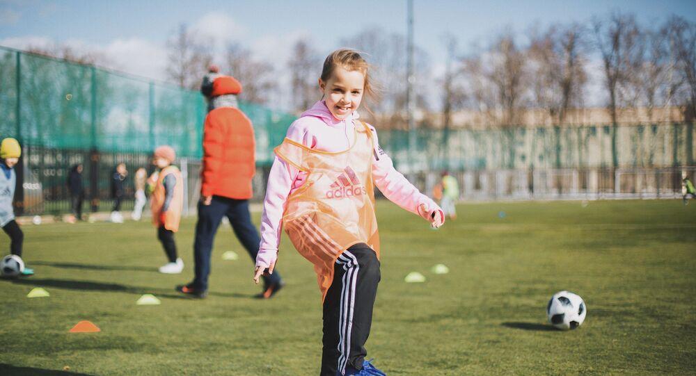 Fillette joue au foot - GirlPower Football Club