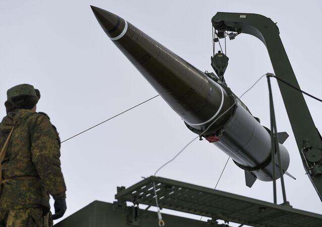 Préparation au tir d'un missile Iskander-M au polygone russe de Kapoustine Iar