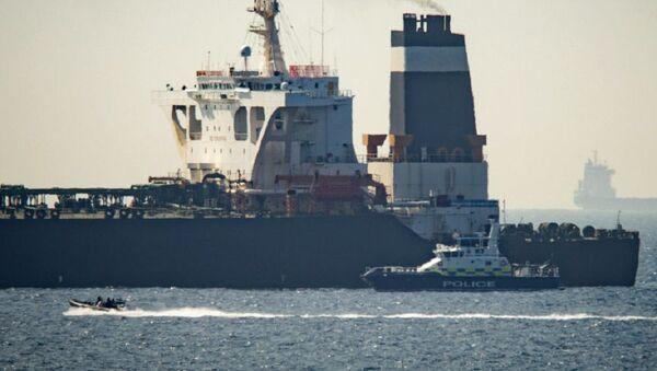 Le pétrolier Grace 1 et un navire des Royal Marines britanniques au large de Gibraltar - Sputnik France