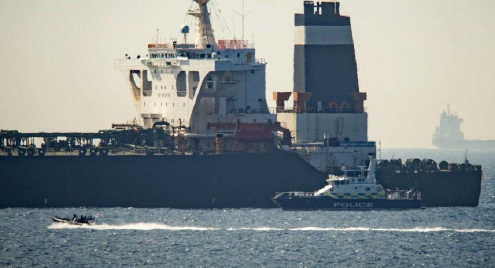 Le pétrolier Grace 1 et un navire des Royal Marines britanniques au large de Gibraltar