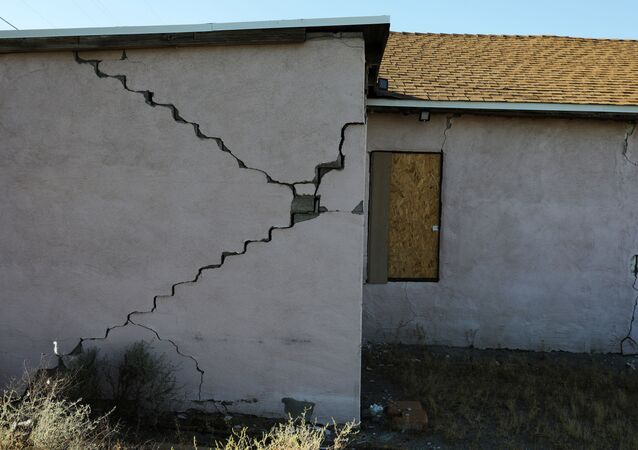 Une fissure dans l'immeuble endommagé suite au tremblement de terre survenu le 4 juillet 2019 en Californie, près de l'épicentre du séisme au nord-est