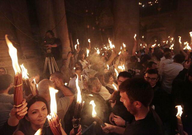 Le feu sacré s'est allumé à l'église de Saint-Sépulcre, image d'illustration