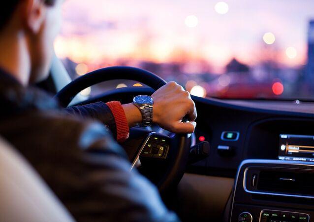 au volant d'une voiture (image d'illustration)
