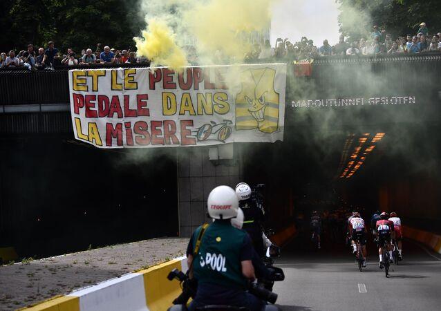 Des Gilets jaunes déploient une banderole sur le parcours du Tour de France, le 6 juillet 2019