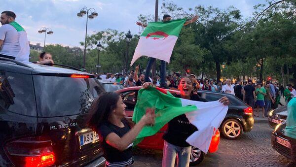 L'Algérie qualifiée pour la demi-finale de la Coupe d'Afrique, les Champs-Élysées en liesse, 11 juillet 2019  - Sputnik France
