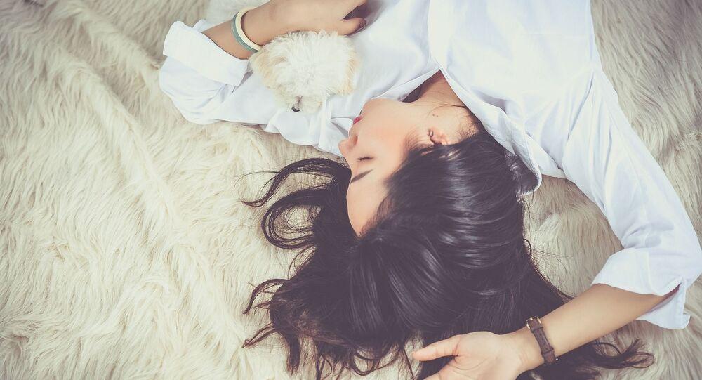 Une femme dort (image d'illustration)