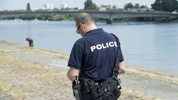 Un policier français près de la Loire où Steve Canico, 24 ans, a disparu après être tombé dans le fleuve à la suite d'une intervention de la police à Nantes le 21 juin - Sputnik France