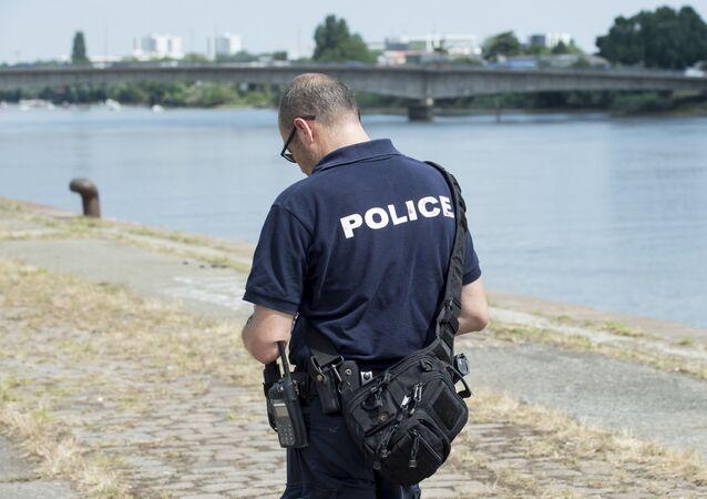 Un policier français près de la Loire où Steve Canico, 24 ans, a disparu après être tombé dans le fleuve à la suite d'une intervention de la police à Nantes le 21 juin