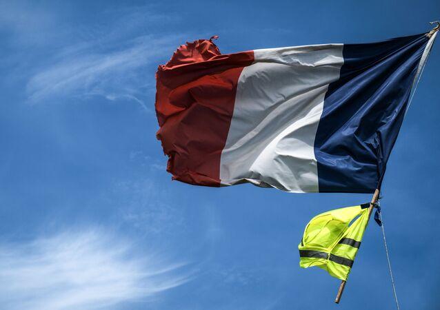 le drapeau français et un gilet jaune
