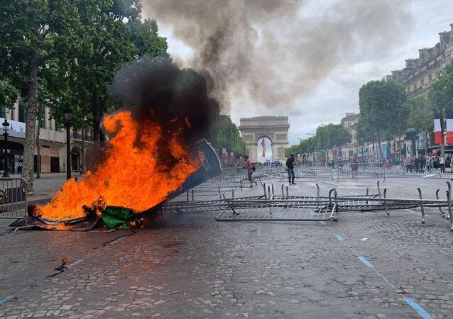 Grilles renversées, poubelle en feu: tension exacerbée sur les Champs-Élysées
