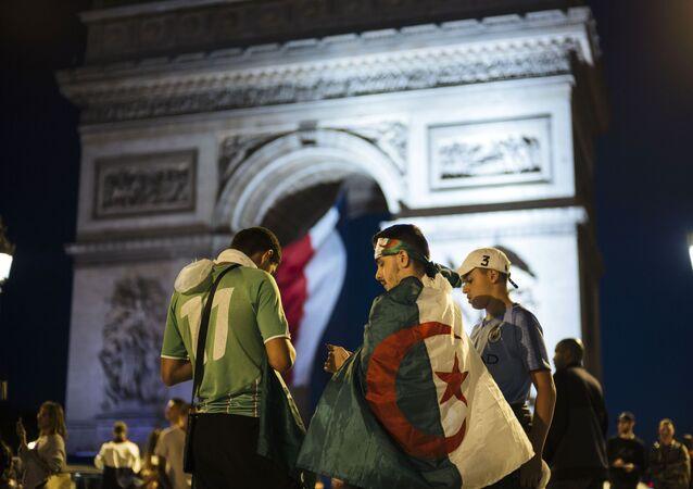 Des Algériens près de l'Arc de Triomphe