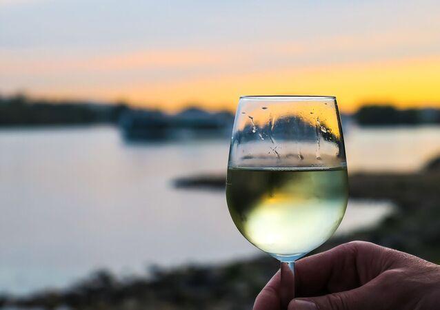 Un verre de vin (image d'illustration)