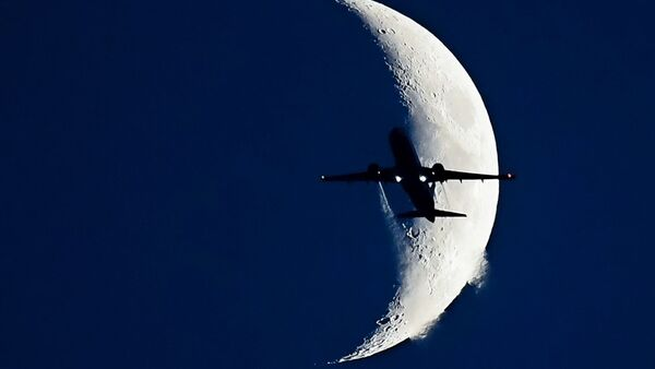 Самолет на фоне Луны - Sputnik France