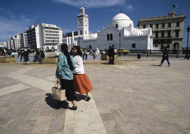 Алжирская Народная Демократическая Республика. На улицах города Алжира. В центре - крепость Касба.