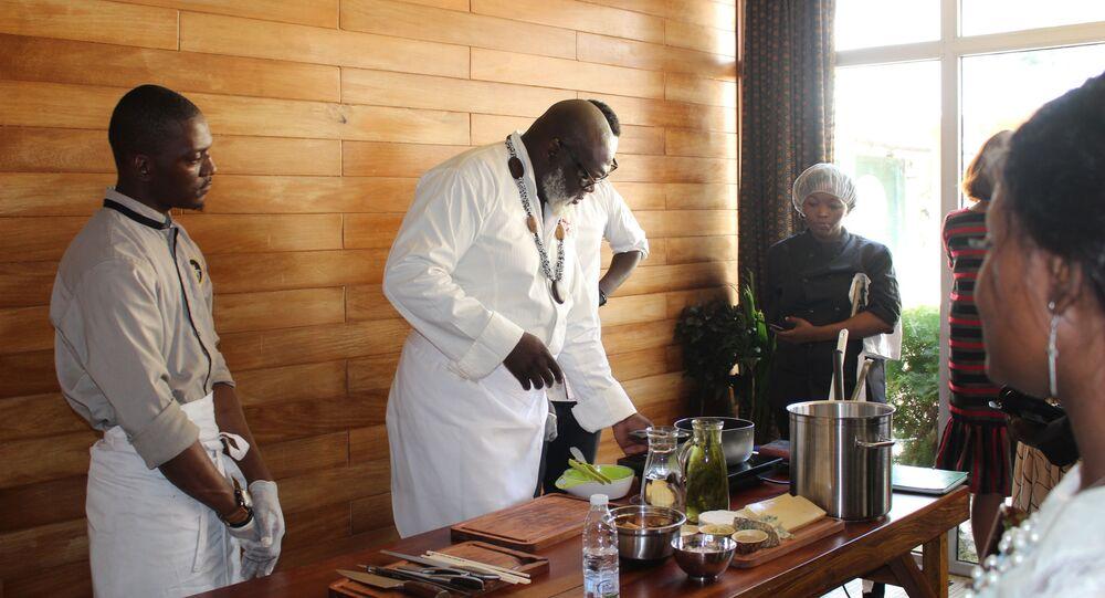Christian Abégan partage son expérience avec les jeunes cuisiniers à Douala