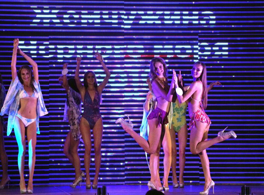 Les finalistes du concours de beauté russe Miss MAXIM 2019 dans la boîte de nuit Soho Room, à Moscou.