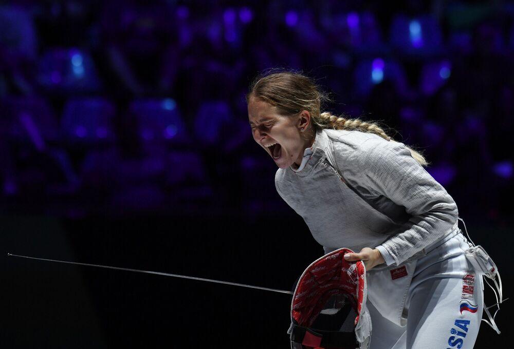 Софья Великая (Россия) радуется победе в финальном поединке командных соревнований на саблях среди женщин на чемпионате мира по фехтованию в Будапеште.