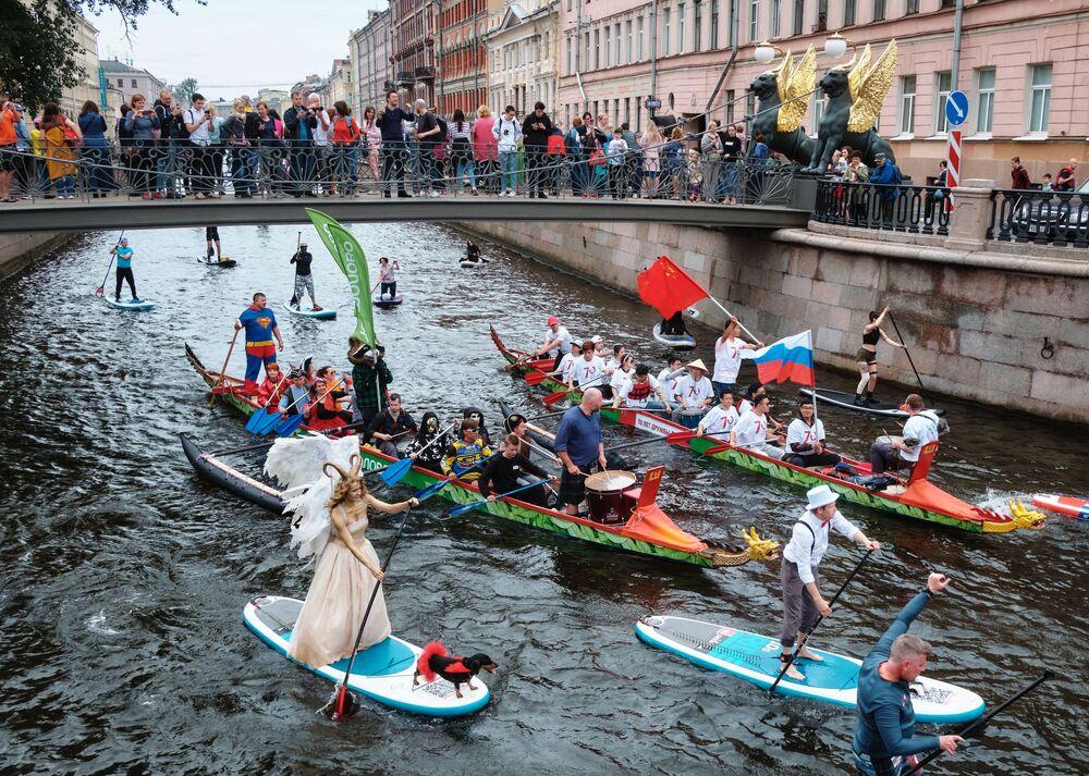 Зрители наблюдают за участниками международного фестиваля Фонтанка-SUP с Банковского моста на реке Фонтанке в Санкт-Петербурге.
